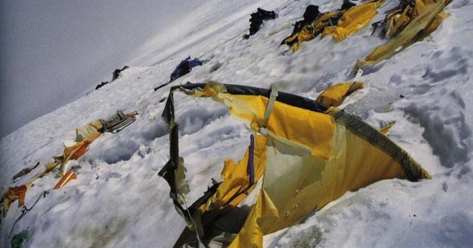 Альпинист на Эвересте снял момент схода лавины на лагерь