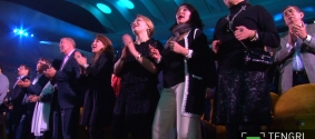 Зал хором спел хиты Батырхана Шукенова на концерте в Алматы