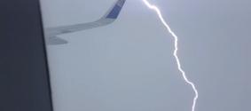 Пассажир снял на видео удар молнии в крыло самолета в Алматы