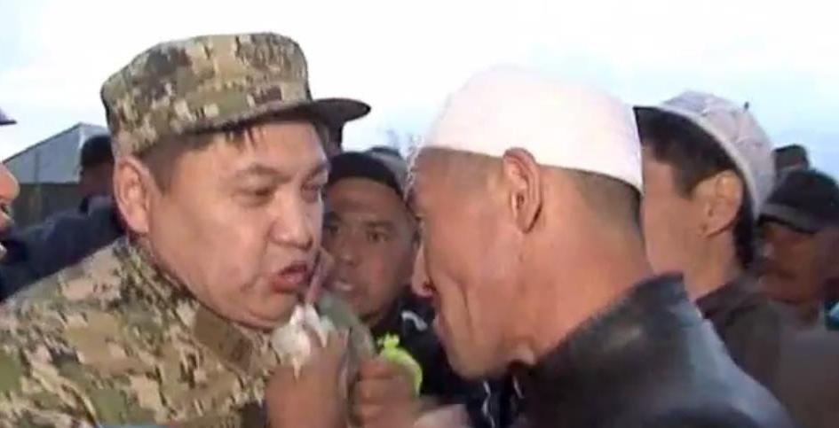 Родные погибшего в Актау солдата едва не растерзали подполковника