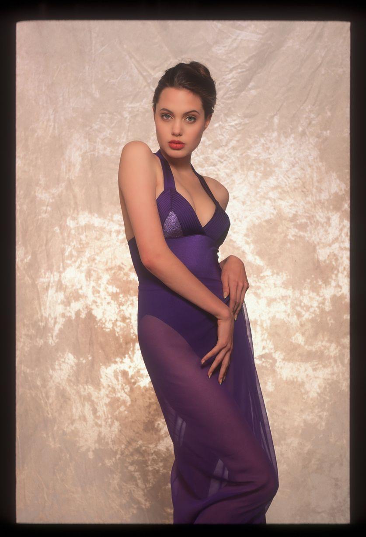 Опубликованы неизвестные снимки 16-летней Анджелины Джоли.