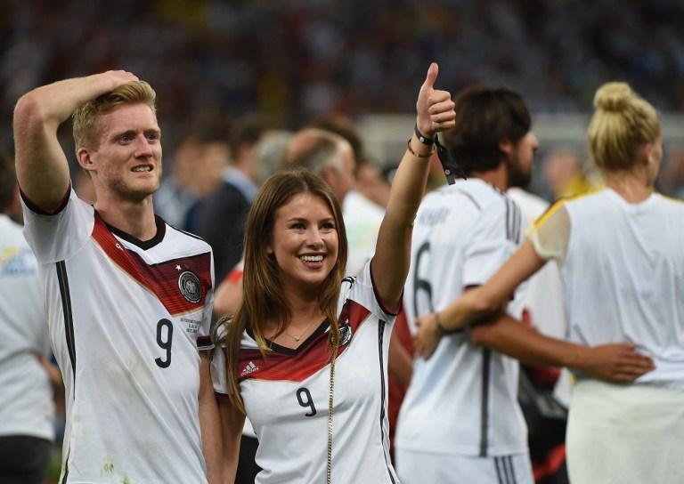 Немецкие футболисты с девушками