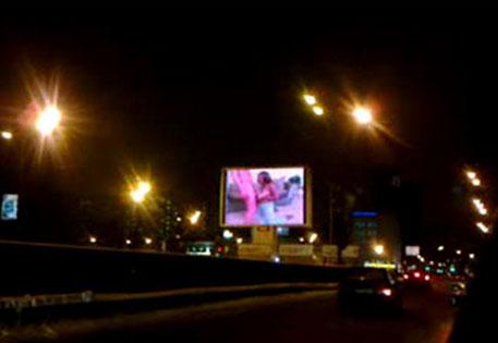 На рекламном мониторе порноролик
