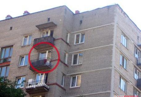 В Москве голая негритянка выпала из окна многоэтажного