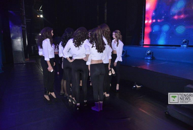 На шоу девушки дефилировали, демонстрируя вечерние наряды и национальные украшения. Фото Турар Казангапов ©