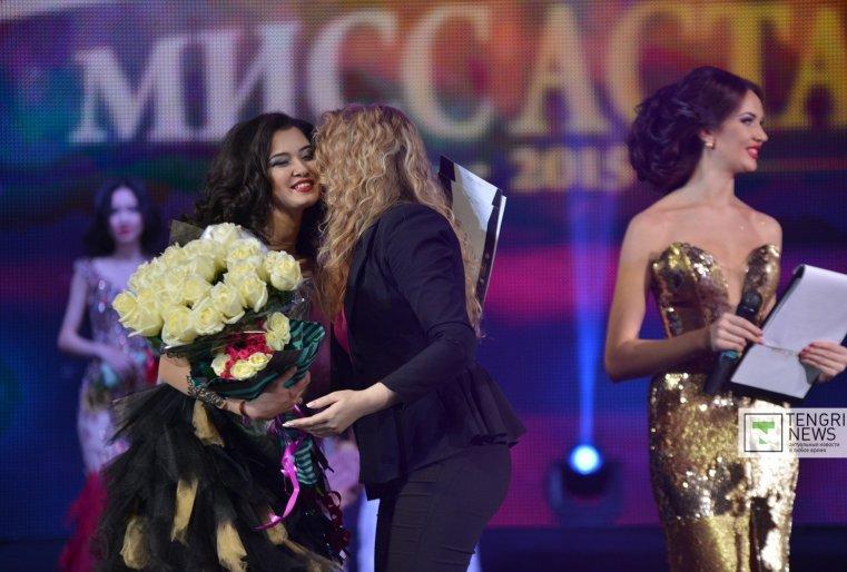 Перед объявлением имен победительницы и трех вице-мисс прошло награждение конкурсанток в разных номинациях от спонсоров. Фото Турар Казангапов ©
