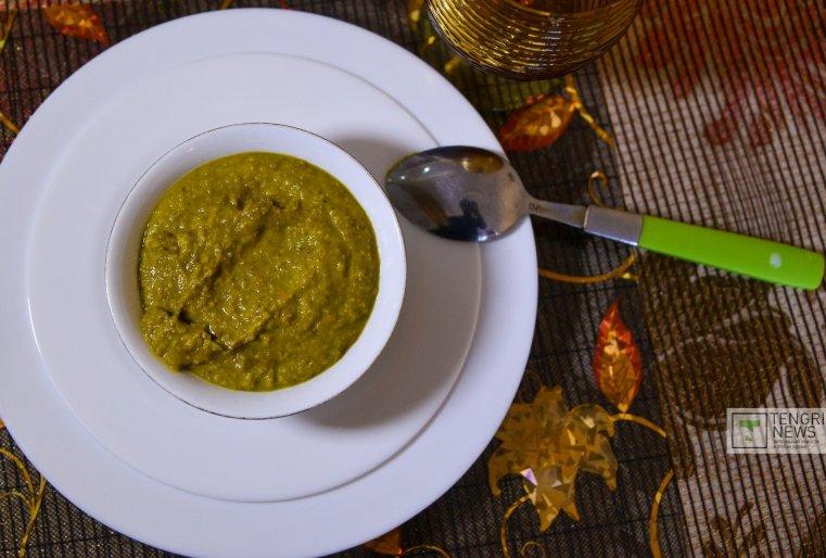 К нашему приходу повар своего пока что виртуального ресторана приготовила на первое вот такой чечевичный суп. Фото Турар Казангапов©