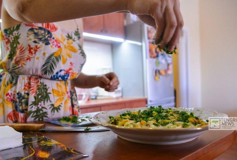 Клиентов не так много, но они постоянные. Есть те, которые обедают у Гульшат каждый день. Иногда даже ей звонят заезжие иностранцы, которые не могут найти в Астане вегетарианскую еду.