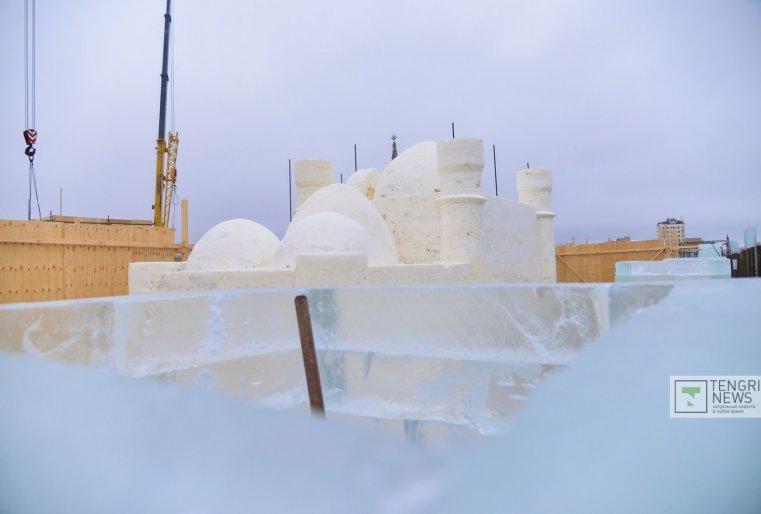 В центральном ледовом городке будет много развлечений: каток, лабиринт, скульптуры из снега и другое.