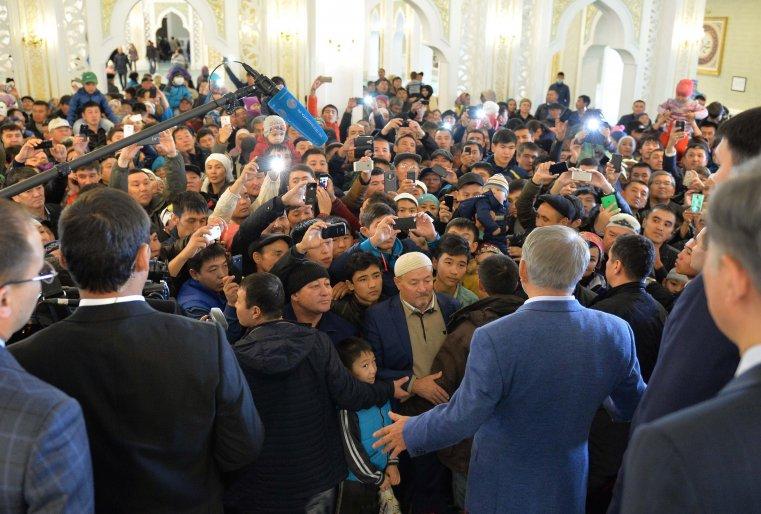 """Во время посещения мечети """"Хазрет Султан"""" по случаю праздника Курбан айт. Астана, мечеть """"Хазрет Султан"""", 24 сентября 2015 года."""