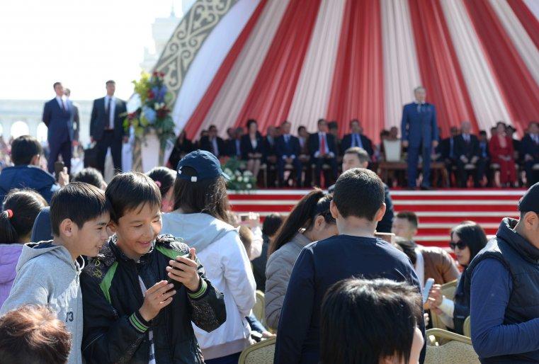 "Во время празднования Дня единства народа Казахстана. Астана, площадь перед монументом ""Қазақ елі"", 1 мая 2015 года."