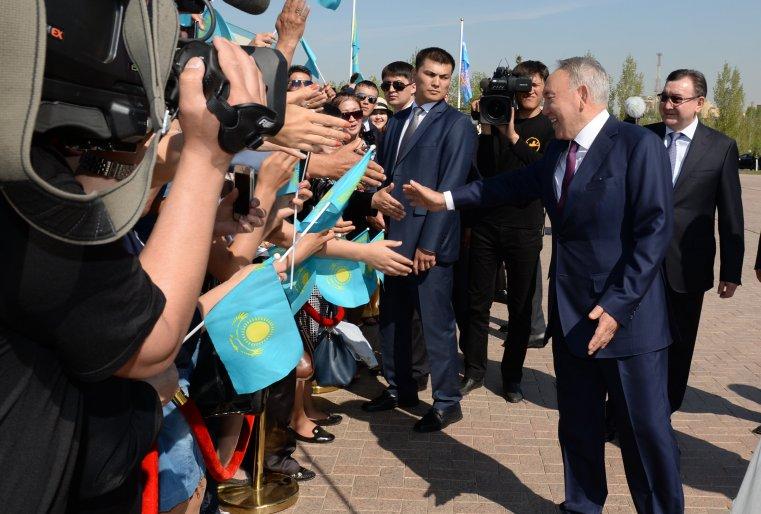"""После церемонии возложения цветов к монументу """"Отан Ана"""". Астана, площадь """"Отан қорғаушылар"""", 8 мая 2015 года."""