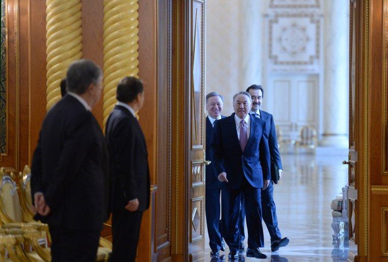 До начала заседания Совета национальных инвесторов. Астана, Акорда, 11 апреля 2014 года.