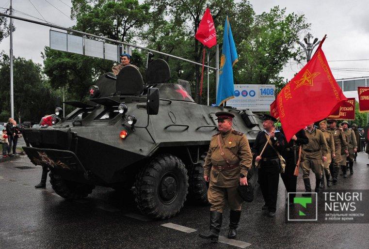 Была задействована различная техника. Открывал шествие военный бронетранспортер.
