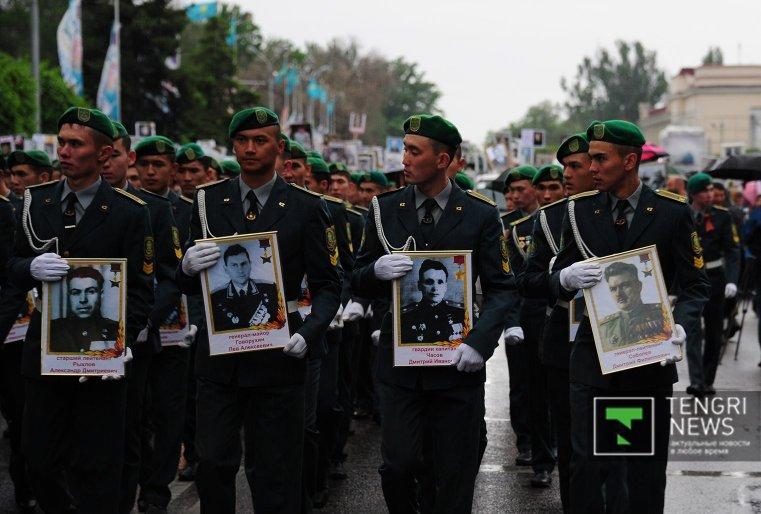 С портретами героев прошли солдаты Нацгвардии, курсанты Академии погранвойск, воспитанники военно-патриотических клубов.