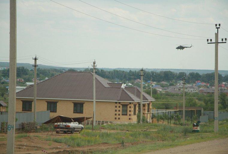 Вертолет над поселком Акжар в пригороде Актобе.