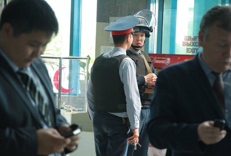 Полиция в аэропорту города Актобе.