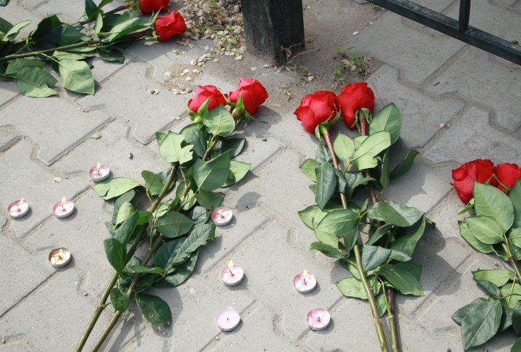 """Цветы и свечи возле оружейного магазина """"Паллада"""""""