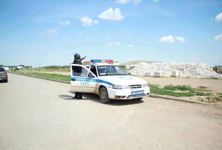 """Полицейская машина в микрорайоне """"Нур сити""""."""