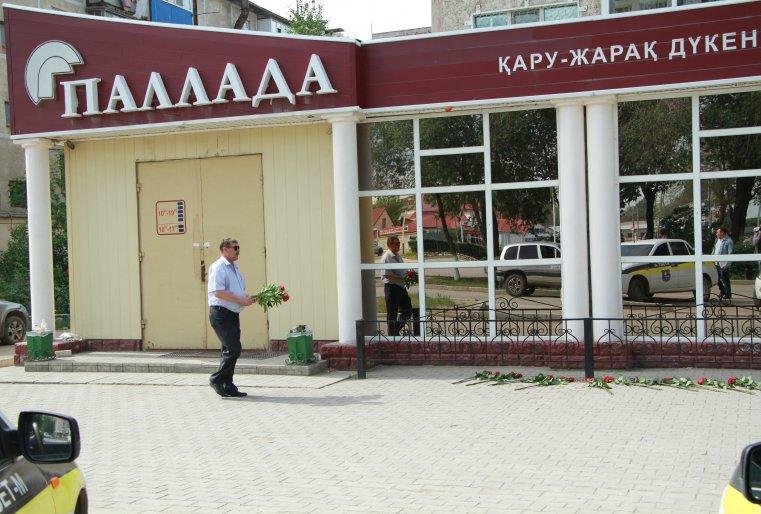 При нападении из оружейного магазина преступниками были похищены 17 единиц огнестрельного оружия. На месте погибли продавец и охранник магазина. Также был ранен случайный прохожий, который вскоре скончался в больнице.
