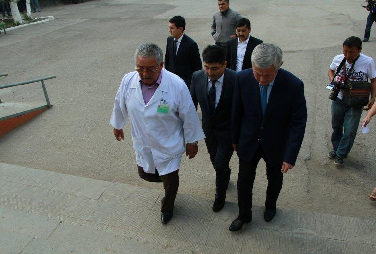 Глава региона Бердыбек Сапарбаев посетил больницу, где размещены раненые при перестрелке.