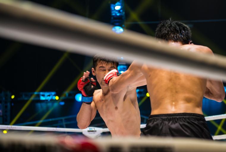 Первый бой в легком весе 61,2 килограмма