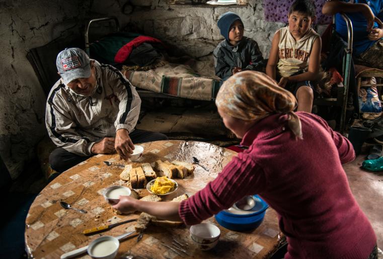 Сели за дастархан: масло, сметана, хлеб и отменный кумыс.