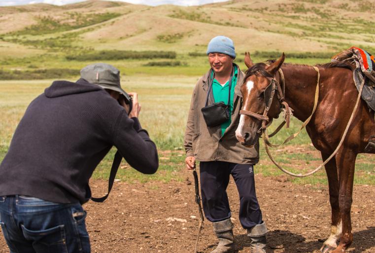 """""""Фотографы всегда интересуются миром, но Казахстан для некоторых очень долгое время оставался загадкой. Многие мои коллеги хотят увидеть и изучить этот край. Я например, побывал в Африке и на Ближнем Востоке, для меня это - обычные места. А Казахстан - что-то новое и необычное. Эта загадочность и привлекает меня. Поэтому я здесь"""", - признается Эндрю."""