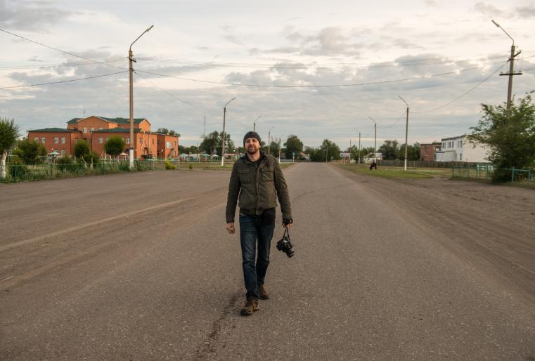 Свое путешествие Эндрю начал с поездки в центральную часть Карагандинской области. Доехав до станции Акадырь, он отправился по степям...