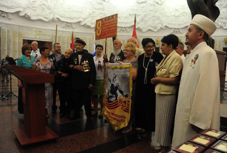Алуа и Айгуль Байкадамовы передали российским общественникам копию штандарта международной Вахты памяти
