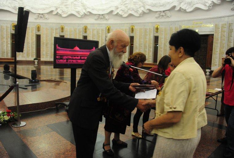 Награды раздавал ветеран-панфиловец Владимир Бурцев.