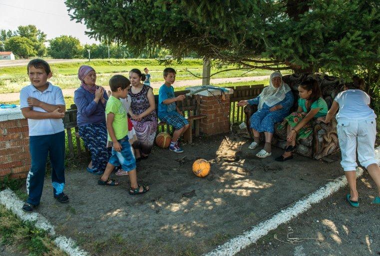 Смотря, как беспечно играют дети, может показаться, что в семье Кабылбаевых нет строгих правил и порядков. Но это только кажется.