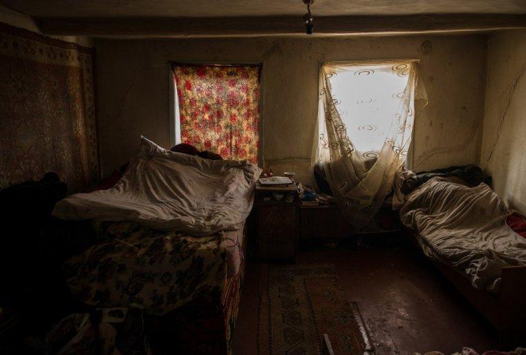 Эта спальная комната Айсулу Долдыбаевой и Галины Шаротской. Женщины преклонного возраста не родственники, просто так получилось, что остались одни, и чтобы как-то помогать друг другу, стали жить вместе.