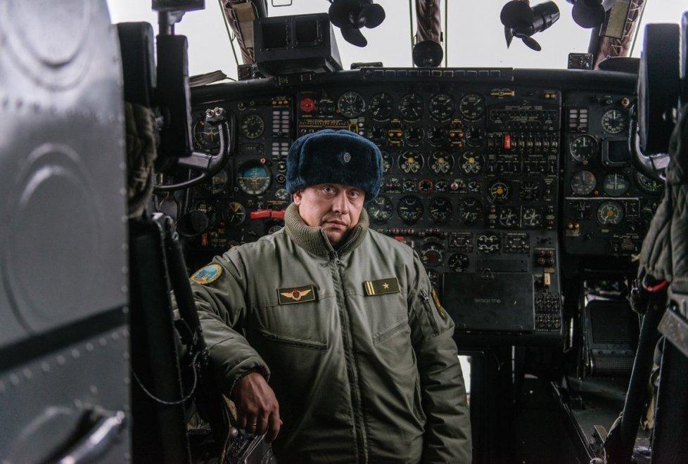 <p>А это пилот Ан-12 - старшийбортовой инженер-инструктор авиационного звена Иван Волынкин.</p>