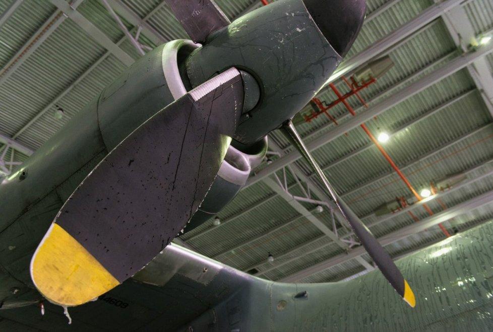 <p>Техники осматривают каждый участок самолета.</p>