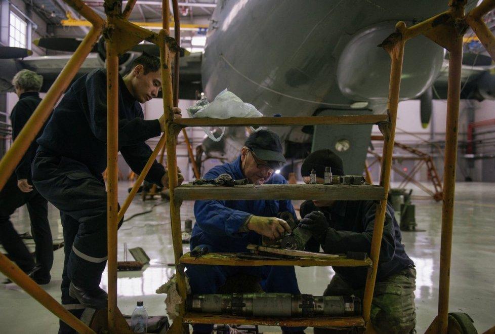 """<p class=""""MsoNormal"""">""""Конечно, новые самолеты по сравнению с теми, которые были выпущены в прошлом веке, немного легче, весовая отдача у них очень хорошая, уже нет кучи проводов, как на старых. А самолет, как правило, это много оборудования и проводов"""", - со знанием дела говорит он.</p>"""