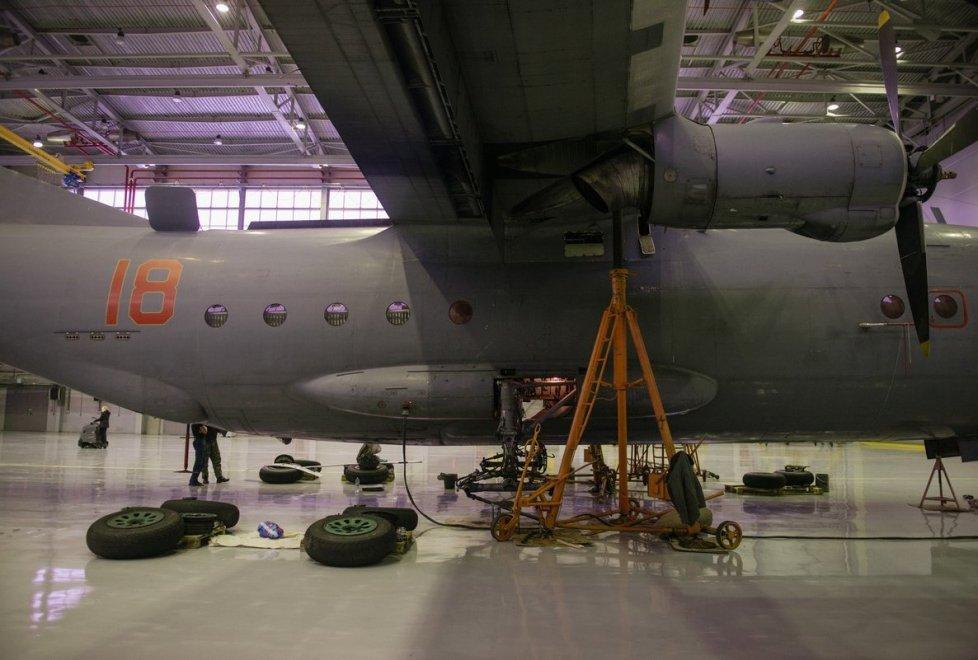 <p>Например, многие самолеты Ан-12с гуманитарной помощью летают вАфганистан.</p>