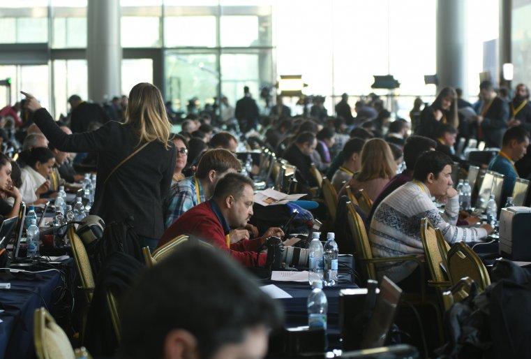 <p>Учитывая, что сам саммит проходит за закрытыми дверями, журналистам нередко приходилось брать интервью у друг друга.</p>