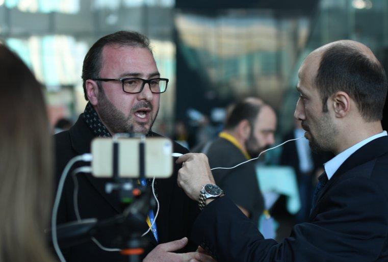<p>Журналисты попеременно выходили в прямой эфир и рассказывали на своих телеканалах о том, что происходит в Астане.</p>