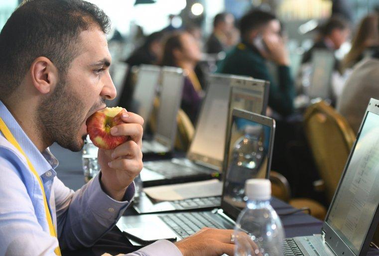 <p>Время коротали за поеданием апорта, который, как выяснилось, специально утренним рейсом привезли из Алматы.</p>