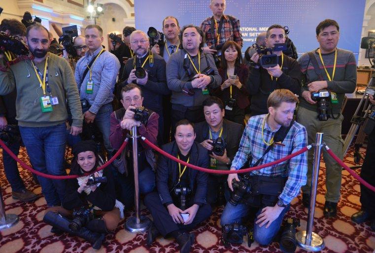 <p>Репортерам, которые должны были зафиксироватьначало саммита, пришлось изрядно потомиться, чтобы дождаться своего часа.</p>