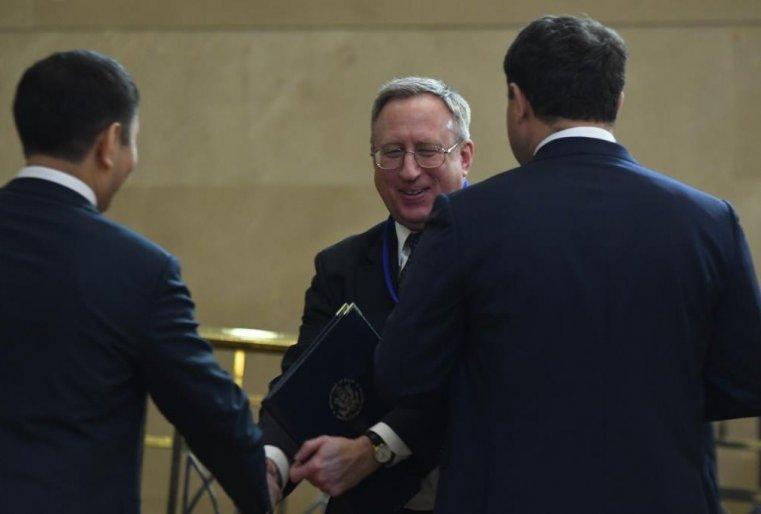 <p>На переговорах был замечен и представитель от Соединенных Штатов Америки - посол США в РК Джордж Крол. Причем замечен был в хорошем настроении.</p>