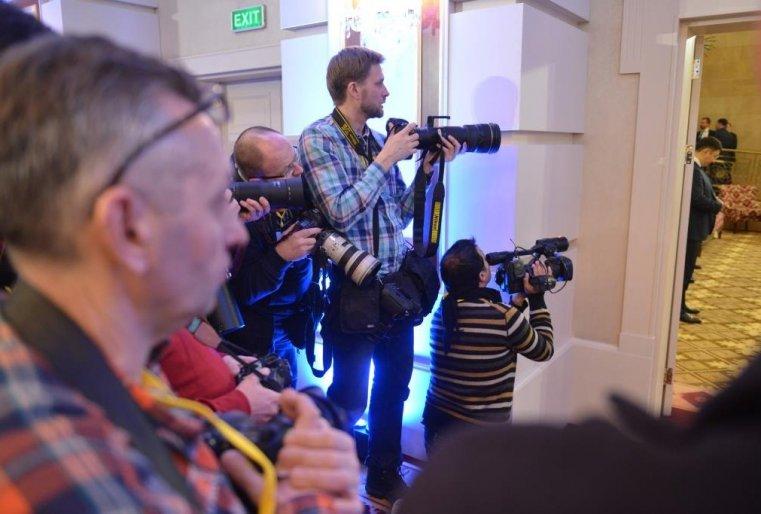 Журналисты жадно снимали каждого входящего.
