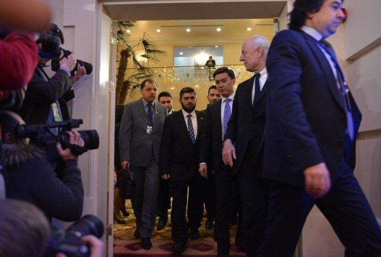 """<p>И в какой-то момент сирийская оппозиция во главе с представителем исламистской группировки """"Джейш аль-Ислам"""" Мохаммедом Аллушем появилась.</p>"""