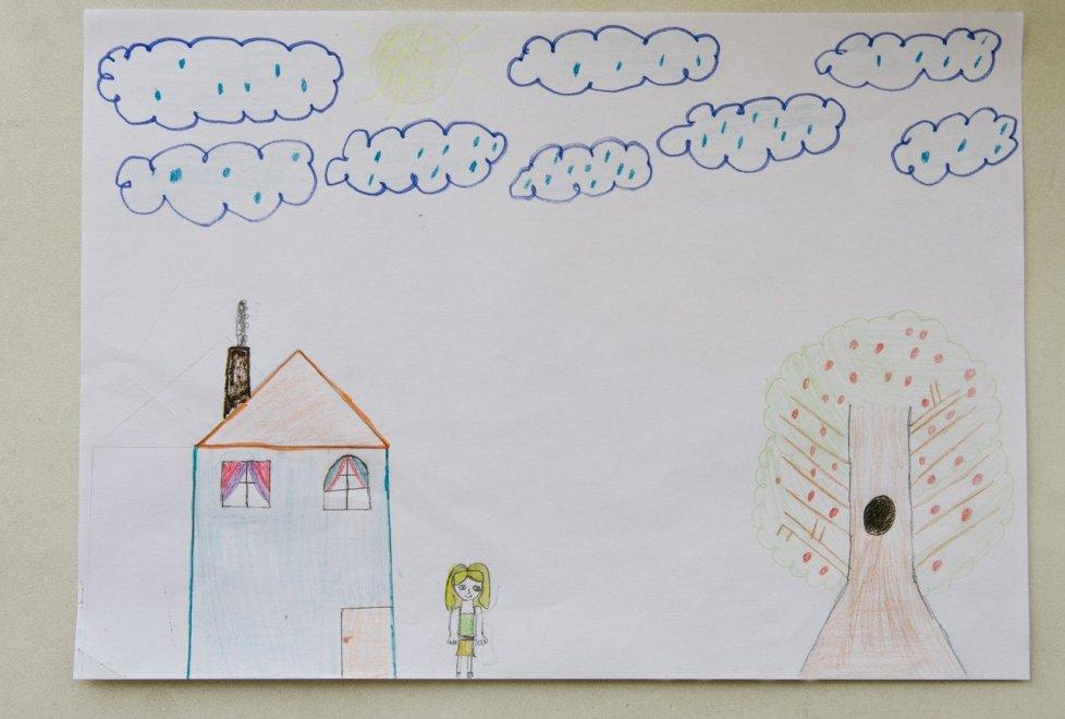 """<p>""""Обратите внимание на дерево. Девочка нарисовала дупло. Это значит, у нее глубокая душевная рана, потому что дерево означает жизненную энергию"""", - психолог центра Айнур Мусаханова показывает нам рисунки детей и тут же их анализирует.</p>"""