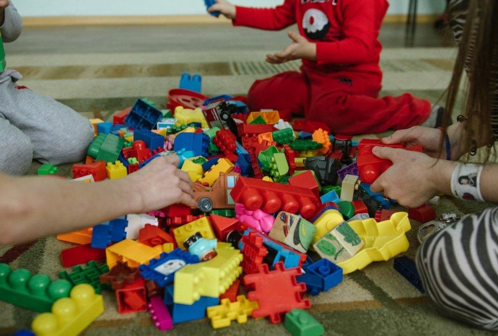 Как правило, дети, оказавшиеся в трудной ситуации, могут находиться в центре до трех месяцев. За это время решается вопрос - оставлять их с родителями или отправлять в детский дом.