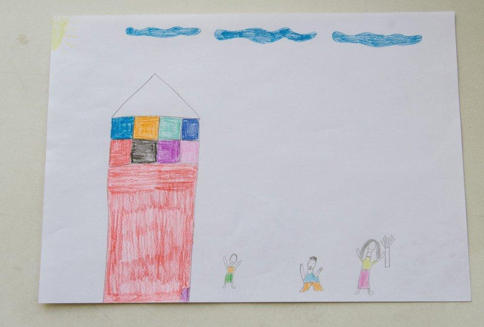 Девочка, которая ждет, когда ее мама решит проблему с алкоголем, также нарисовала дом без трубы. Помимо нее, у матери еще есть двое детей - все от разных браков. В настоящее время один ребенок у отца, другой в доме малютки.