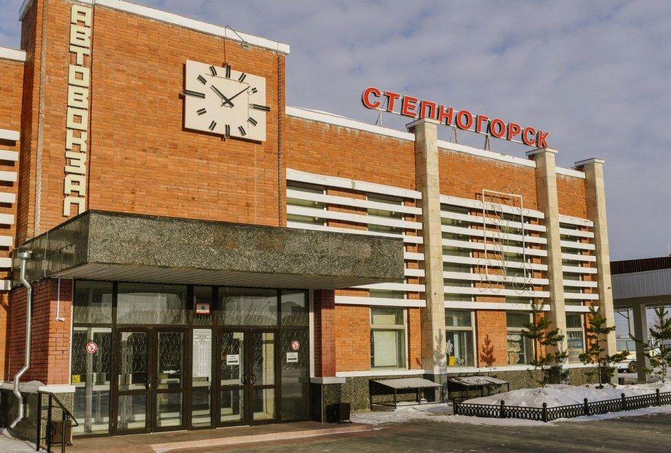 А вот так выглядит автовокзал Степногорска. Здание ухоженное, небольшое и компактное.