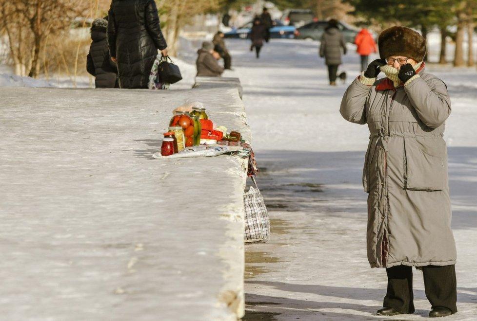 <p>Но вернемся на улицы Степногорска. Как и в других городах, здесь можно заметить людей, торгующих соленьями и другими заготовками домашнего производства.</p>
