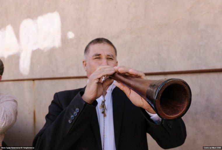 На торжество нас привело любопытство, а именно доносящиеся издалека звуки традиционных узбекских инструментов.
